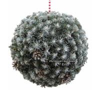Новогодний шар из искусственной хвои с белыми кончиками и шишками