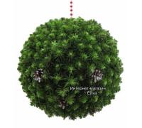 Новогодний шар из искусственной хвои с зелеными кончиками и шишками